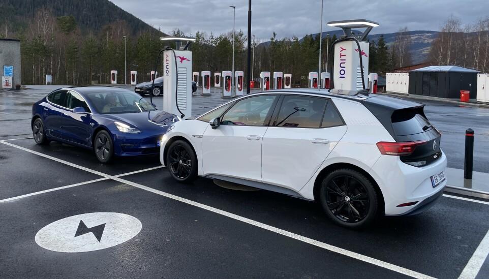 TO HØYAKTUELLE: Bilbransjens to mest omtalte elbiler, men hvilken er det beste kjøpet?