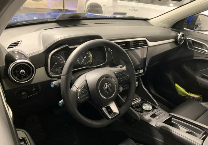 RYDDIG: MG ZS EV byr på et ryddig førermiljø med en 8-tommer berøringsskjerm i midtkonsollen. Foto: Bjørn Eirik Loftås
