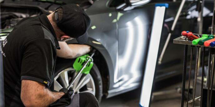 SPESIALISERT: Småskadeverkstedene bruker spesielle teknikker for å reparere mindre skader. Foto: xpressbulk.no