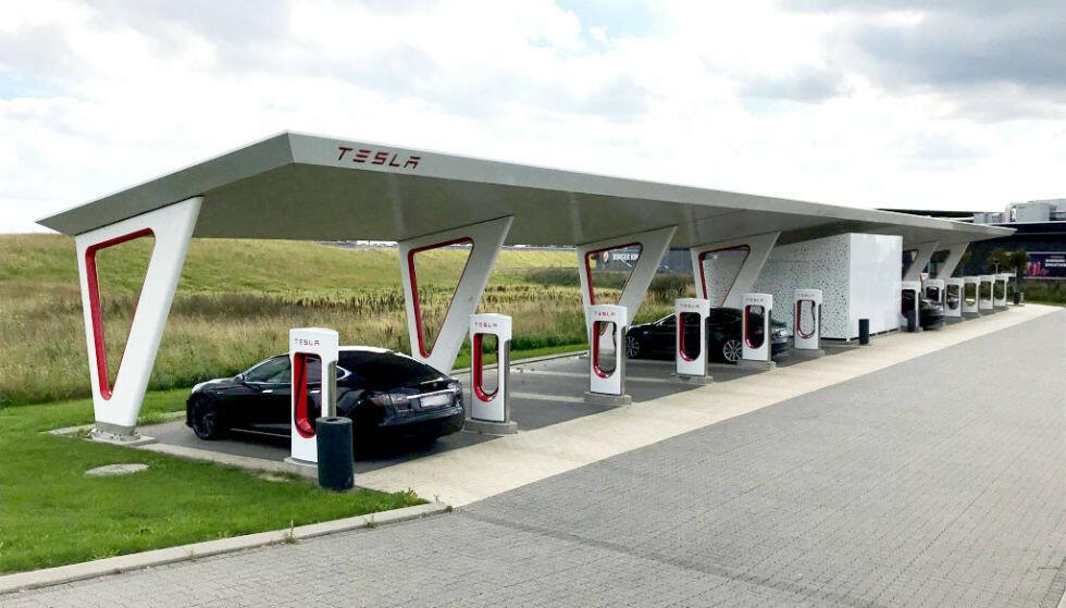 SUPERCHARGER: Teslas enorme ladenettverk har over 2000 ladestasjoner i Europa, med ti ladere i snitt på hver stasjon. Foto: Christina Honningsvåg