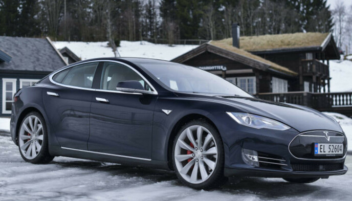 POPULÆR: Det ligger nesten 500 brukte Tesla Model S på Finn. Annonsene for denne bilmodellen var de mest populære i året vi har lagt bak oss. Bildet viser en 2015-modell. Foto: Jamieson Pothecary