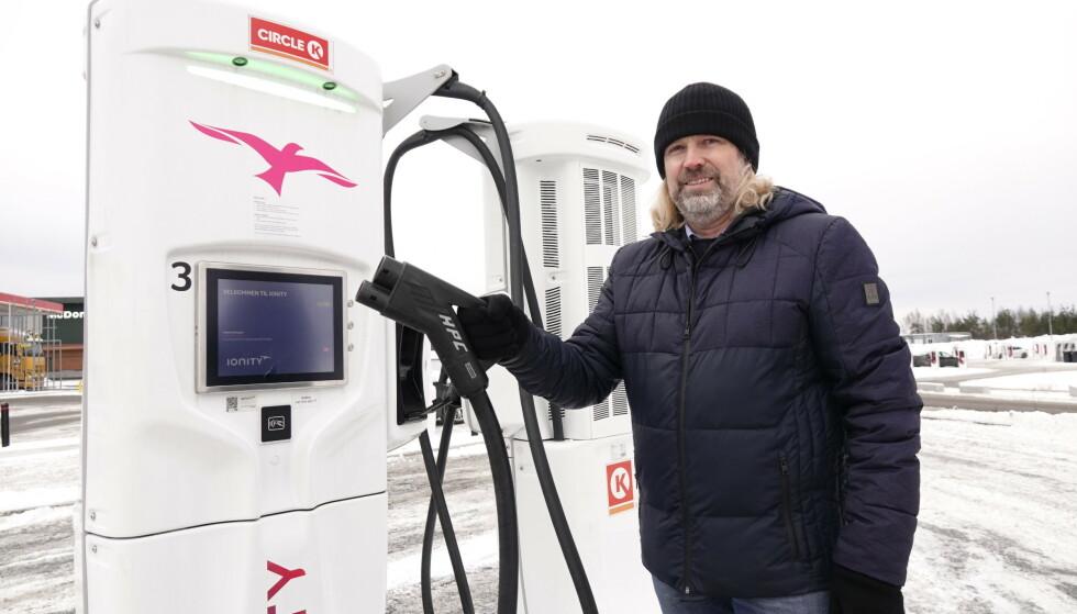 MANGE SURRER: Ionity-sjef Jan Haugen Ihle forteller at mange velger en lader som ikke er tilpasset det bilen klarer å ta imot. Foto: Fred Magne Skillebæk