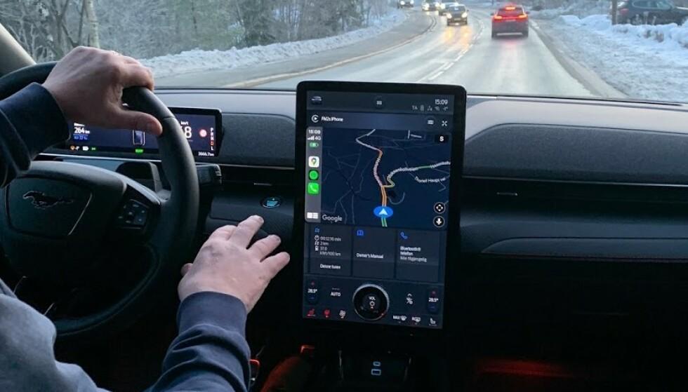 FRISTENDE: Mange nye biler kommer med store berøringsskjermer, som her i nye Mustang Mach e. Men du skal ikke bruke den under kjøring, hvis det tar bort fokuset fra veien. Foto: Bjørn Eirik Loftås