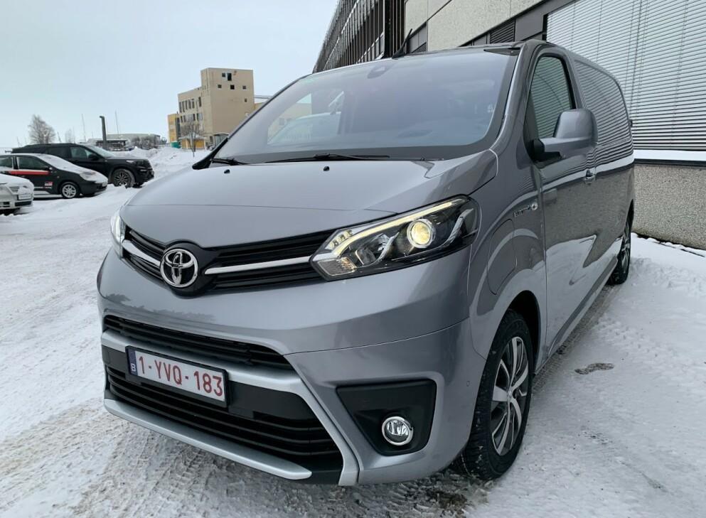 BELGISKE SKILTER: Bilen vi fikk testet var innlånt fra Toyota i Belgia, og kom derfor med belgiske skilter. Den avviker noe fra bilene som selges i Norge, blant annet på hjul og detaljer i varerommet. Foto: Bjørn Eirik Loftås