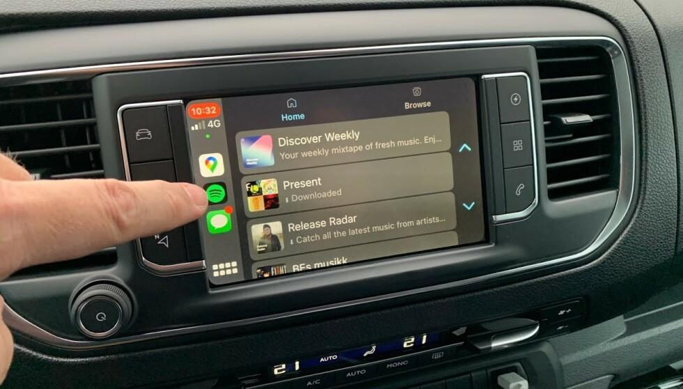 APPLE CARPLAY: På under 10 sekunder kunne vi strømme musikk fra Spotify, bruke Siri til å sende meldinger og bruke Apple Maps og Google Maps til navigasjon. Foto: Bjørn Eirik Loftås