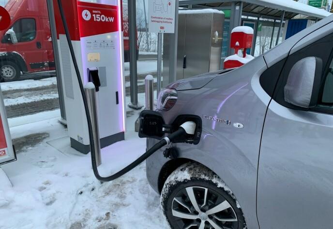 INGEN GARANTI: Selv om laderen sier den kan levere inntil 150 kW og batteriet skal tåle inntil 100 kW, har du ingen garanti. I vårt tilfelle gikk ladingen langt saktere. Foto: Bjørn Eirik Loftås