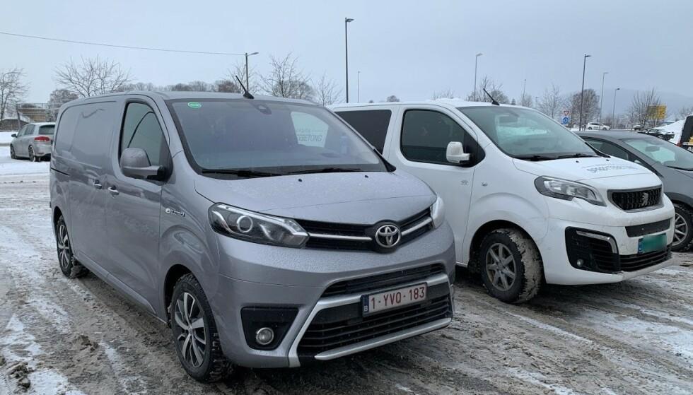 SØSKENTREFF: Her står vi parkert ved siden av en Peugeot Expert, som også kommer i elektrisk utgave i disse dager. Mye av karosseriet er identisk, men fronten avviker. Foto: Bjørn Eirik Loftås