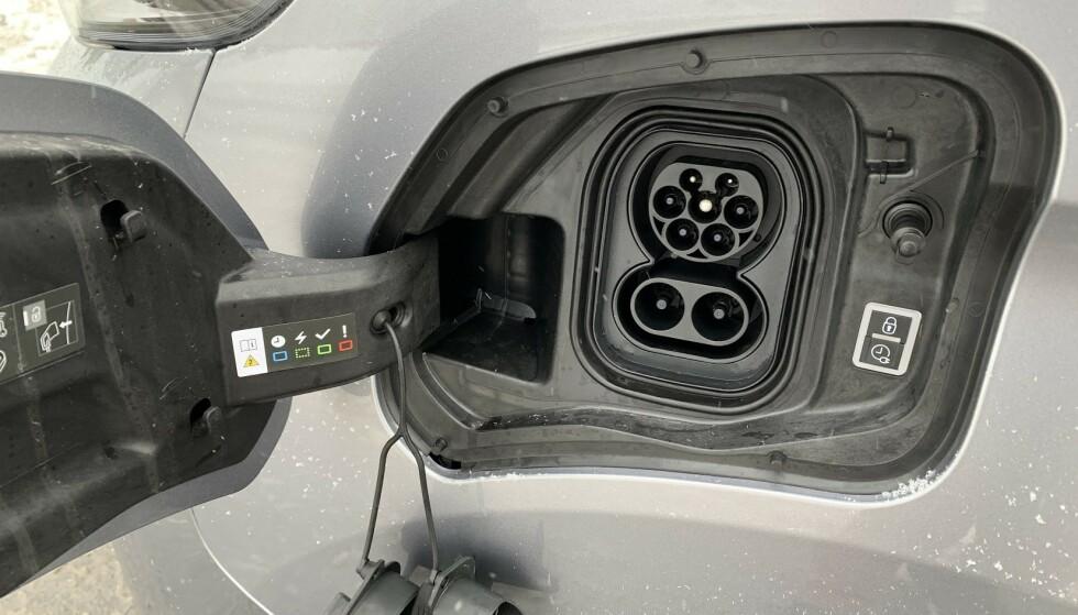 CCS: Den øverste kontakten kalles Type 2. Sammen med den nederste utgjør den kontakttypen CCS, som er den aller mest utbredte på nye elbiler i dag. Merk at CCS kun benyttes til hurtiglading på offentlige ladestasjoner og ikke til hjemmelading. Foto: Bjørn Eirik Loftås