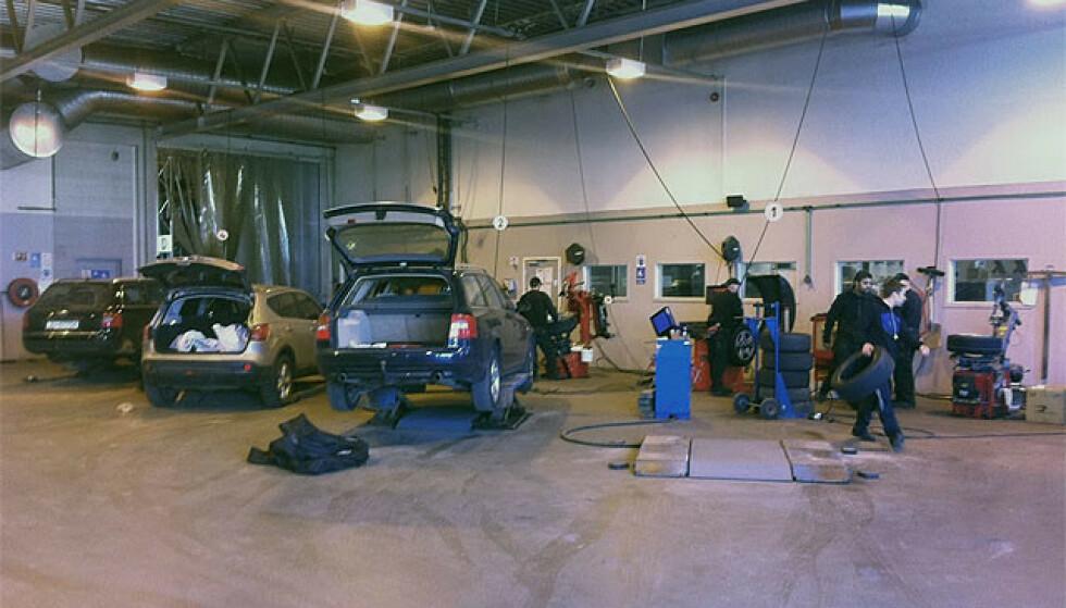 KAN HA ÅPENT: Verksteder som driver med kontroller, reparasjoner og dekkskift, kan holde åpent. Foto: Bjørn Eirik Loftås