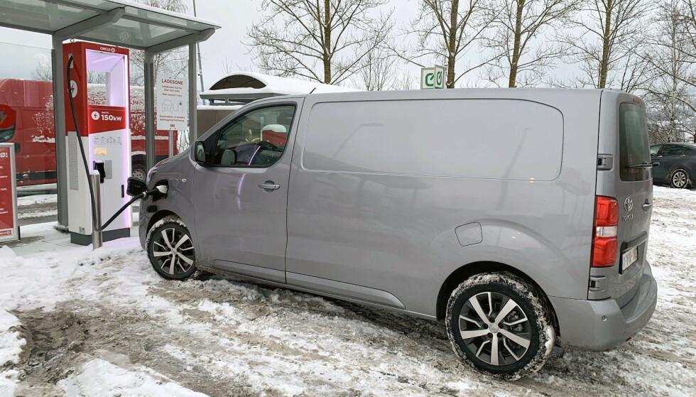FASTLÅST: Testbilen står til lading. Vi ringte til slutt kundeservice for å få avsluttet prosessen. Foto: Bjørn Eirik Loftås
