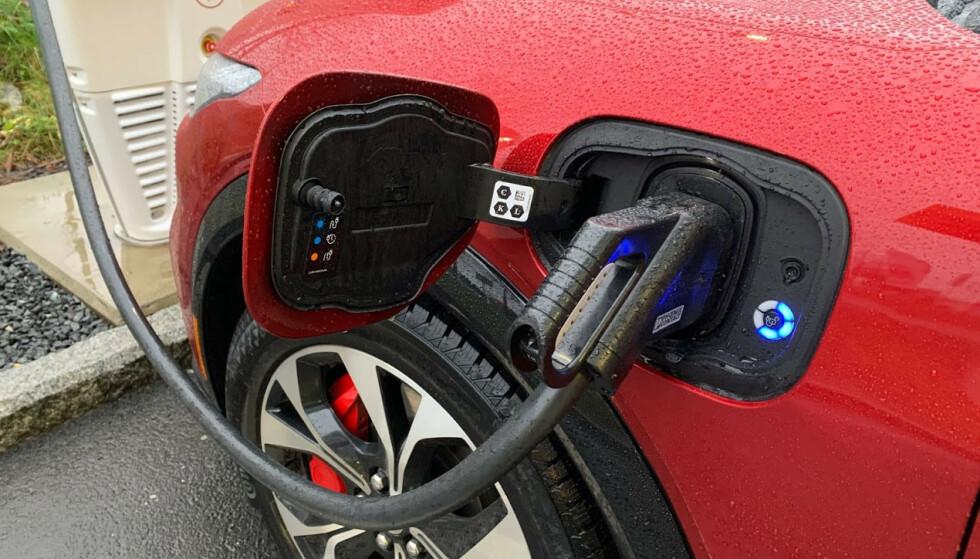 LYNLADING: Det er nå rundt 10 biler på markedet som kan lade med en makseffekt på 150 kW eller mer, og mange flere kommer i 2021. På bildet ser du en Ford Mustang Mach-e, som er en av disse. Foto: Bjørn Eirik Loftås