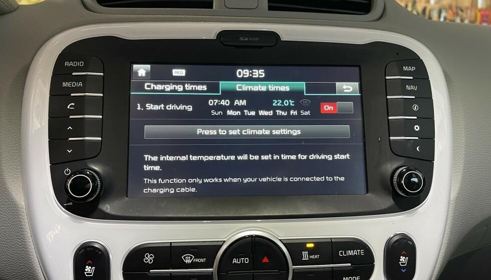 FORVARMING: Her har vi programmert forvarming av vår Kia Soul Electric til kl 0740 på hverdager. Merk at slik forvarming ofte krever at bilen står tilkoblet lader på det aktuelle tidspunktet. Foto: Bjørn Eirik Loftås