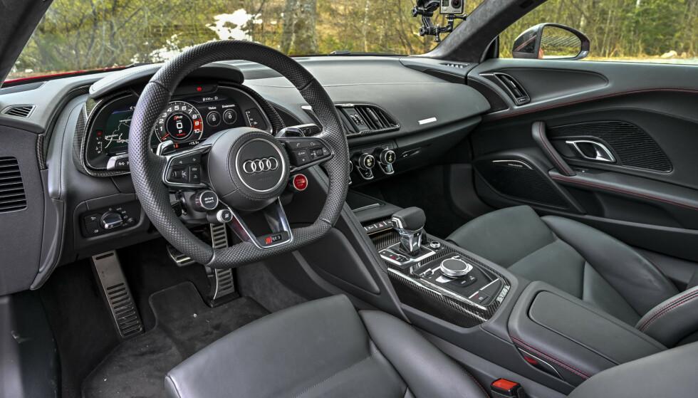 FLAT BUNN: Flere biler, blant annet enkelte Porsche-modeller, Volkswagen Golf GTI og Audi R8 (bildet) har ratt som er utflatet nederst. Foto: Jamieson Pothecary