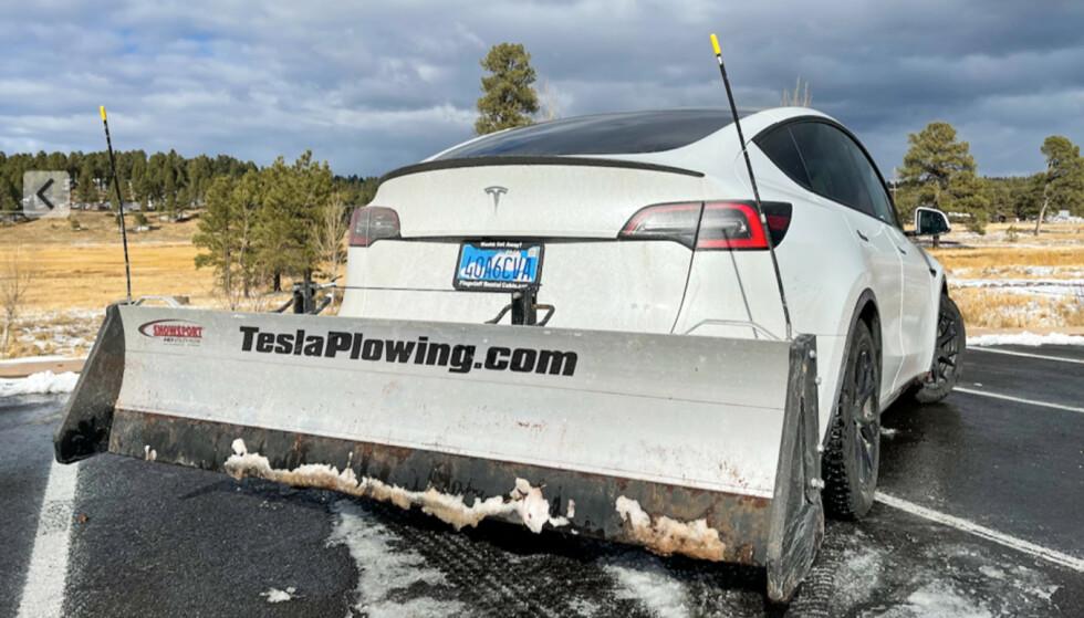 BRØYTESKJÆR: Denne Tesla-eieren har montert brøyteskjær bak på sin Model Y. Foto: teslaplowing.com
