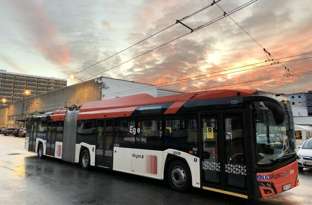 HELT NY: De nye trolleybussene i Bergen er ikke avhengig av å kontakt med ledningene til enhver tid. Det gjør dem langt mer fleksible enn de gamle bussene, som måtte være tilkoblet hele tiden under kjøring. Foto: Skyss
