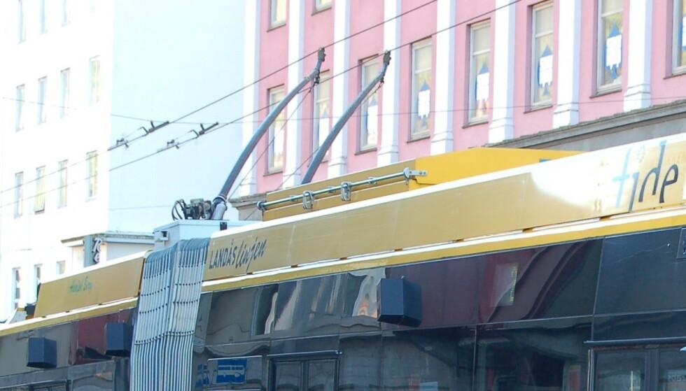 STRØMLEDNINGER: En klassisk bergensk trolley-leddbuss får strømmen fra kontaktledninger over veibanen. Foto: Alasdair McLellan