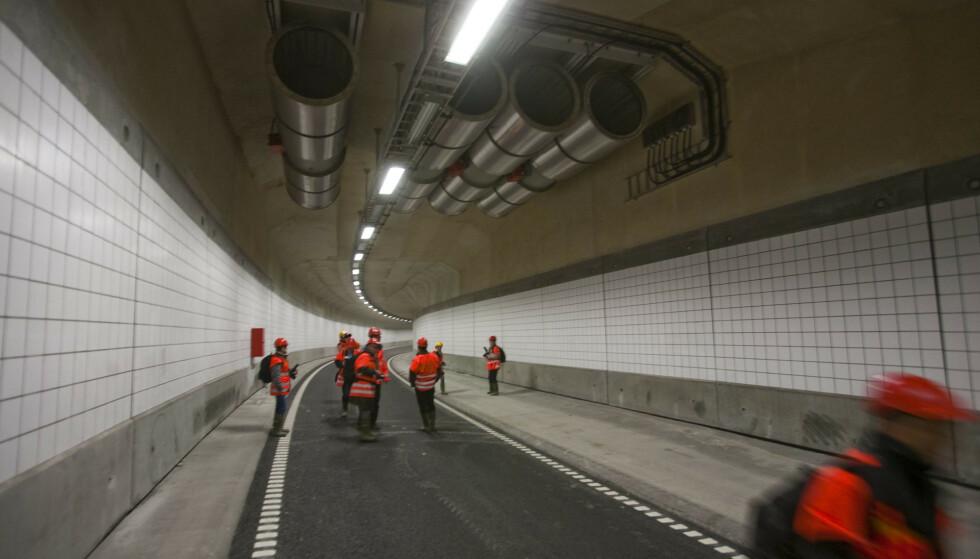 VENTILASJON: Fremtidens tunneler kan komme med langt enklere ventilasjonsanlegg enn dagens. Her fra åpningen av Bjørvikatunnelen i Oslo, med sitt massive ventilasjonsanlegg. Foto: Per Ervland