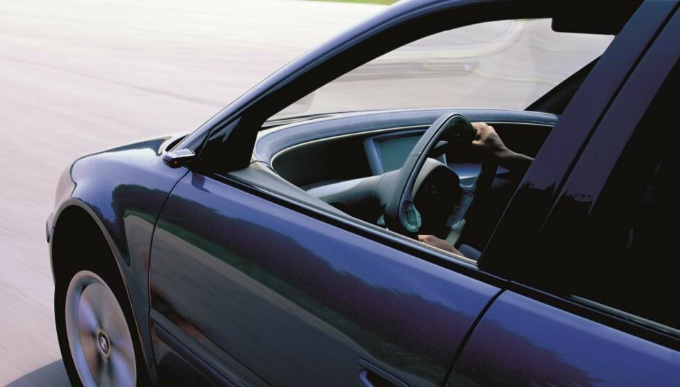 22 ÅR SIDEN: Her ruller konseptbilen BMW Z22 på veiene med sitt firkantede ratt. Året er 1999. Foto: BMW