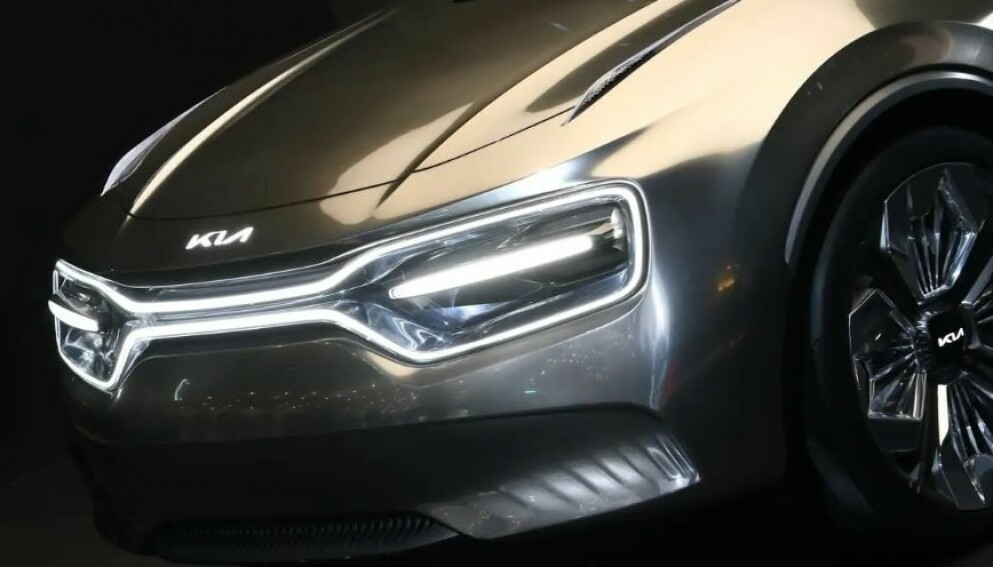 NY LOGO: Kia ønsker å ta en sterk posisjon som elbilprodusent, ikke minst i Europa. Her: Fronten på konseptbilen CV, som er basis for den neste elbilen fra selskapet. Foto: Kia