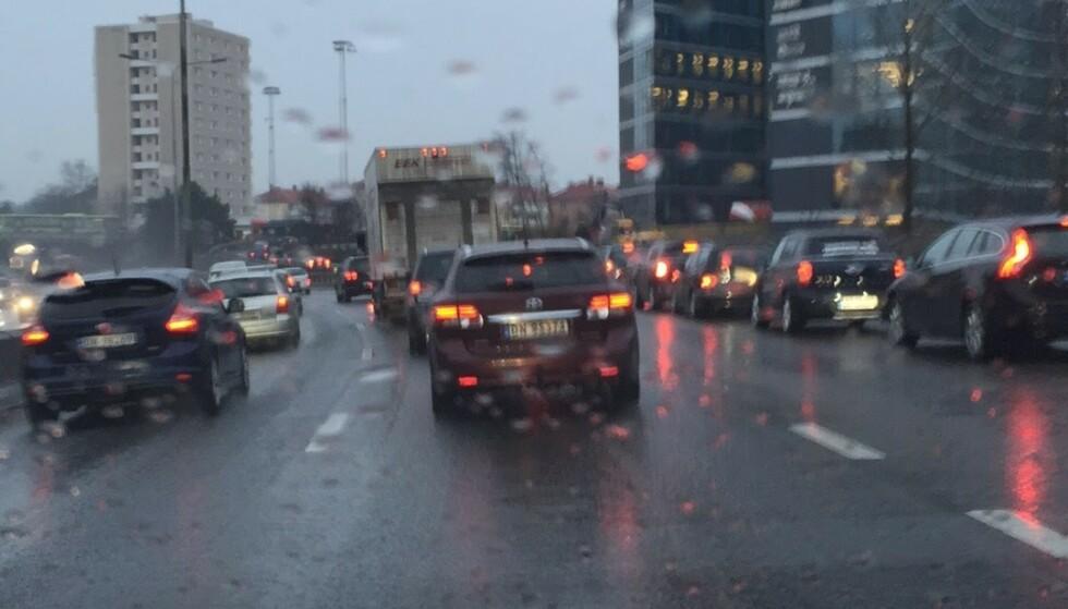 VIL HA MINDRE UTSLIPP: Diesel- og bensinbiler i kø på vei inn mot Oslo sentrum kan bli et sjeldent syn i fremtiden Foto: Bjørn Eirik Loftås
