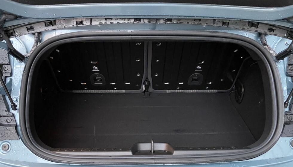PLASS: Du ser naturligvis ikke etter en Fiat 500 Cabriolet dersom bagasjeplassen er viktig for deg. Foto: Fred Magne Skillebæk