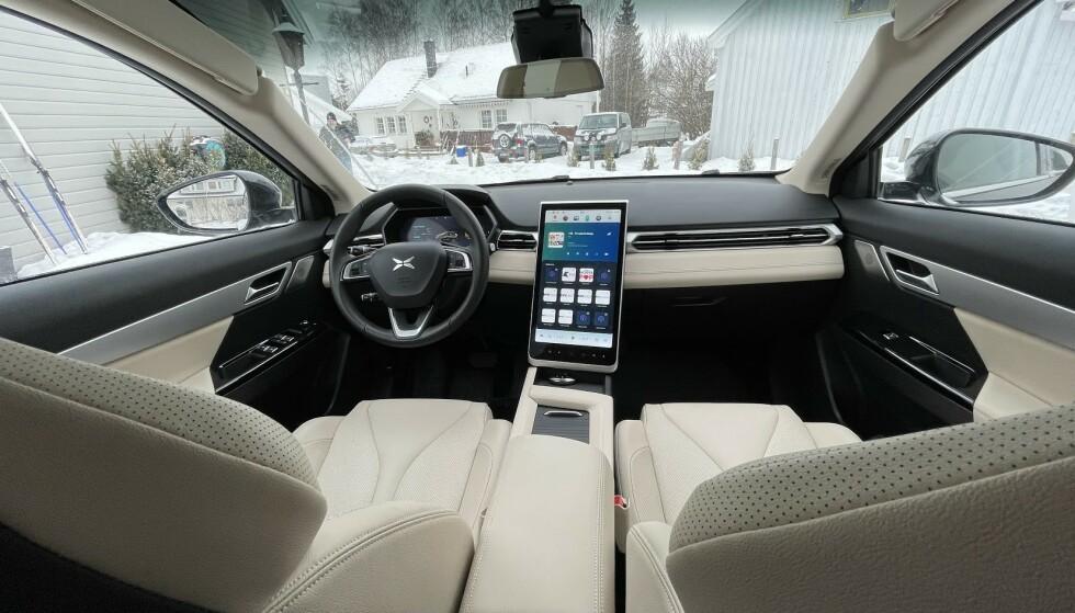 LIGNER TESLA: Det er mye i interiøret som minner om Tesla. Foto: Bjørn Eirik Loftås