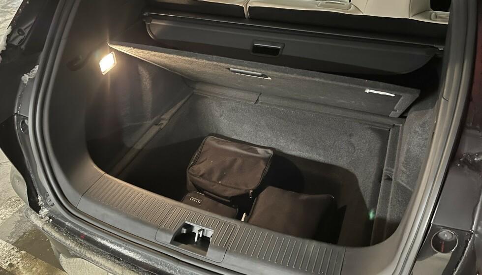 ROMSLIG KJELLER: Under gulvet er det god plass til ladekabler og annet stæsj du ikke nødvendigvis bruker så ofte. Foto: Bjørn Eirik Loftås
