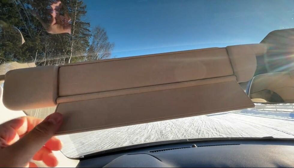 SMART SOLSKJERMING: Skjermen bøyes ut og klikker på plass ved hjelp av magneter. Foto: Bjørn Eirik Loftås