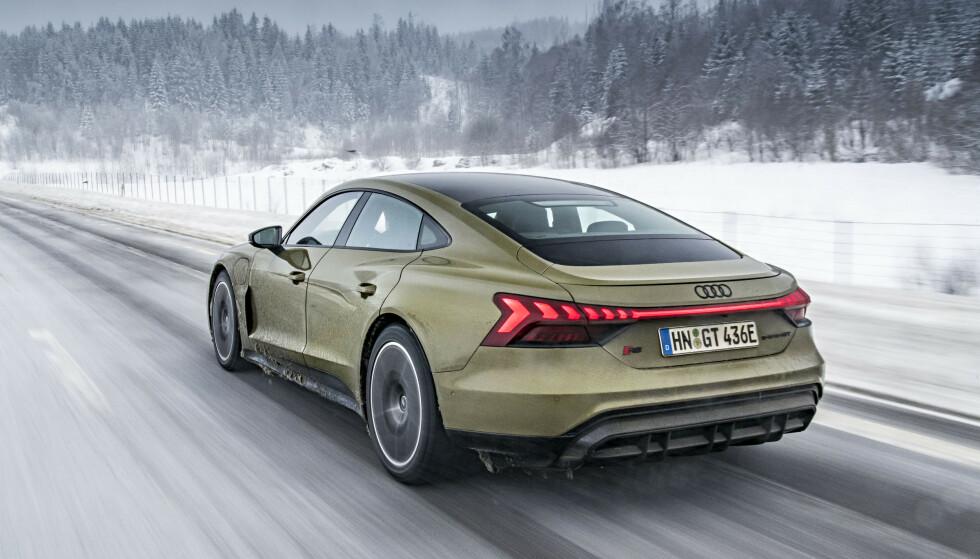 BREDE HOFTER: Bilen er lang, lav og bred. Det signaliserer alt hva bilen står for. Foto: Jamieson Pothecary/Audi