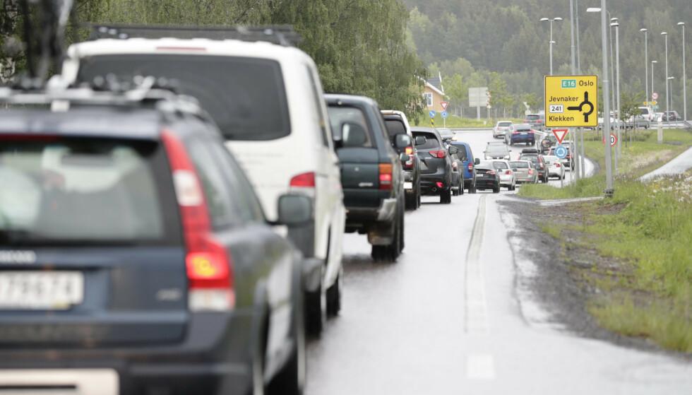 KØ: Det kan bli mange biler på veiene i sommer, når nordmenn nok en gang velger å feriere i eget land. Foto: NTB
