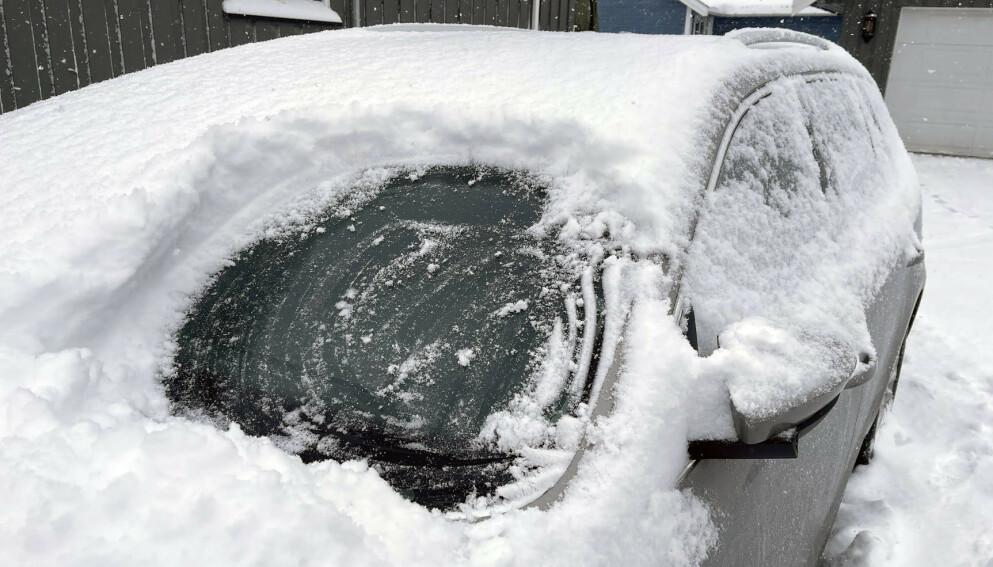 IKKE TA SJANSER: Stress og dårlig tid gjør at mange kjører avgårde til jobb og barnehage før rutene er fri for snø. Det er en særs dårlig idé. Foto: Bjørn Eirik Loftås