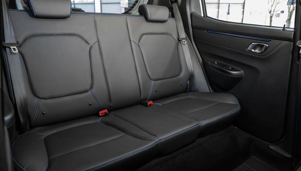 ENKELT: Ikke forvent den beste komforten, men baksetet har grei plass til to personer. Foto: Dacia