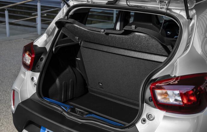 PLASS TIL GYMBAG: Det er ikke store plassen bakerst, men tre-fire handleposer eller en gymbag har du plass til. Foto: Dacia