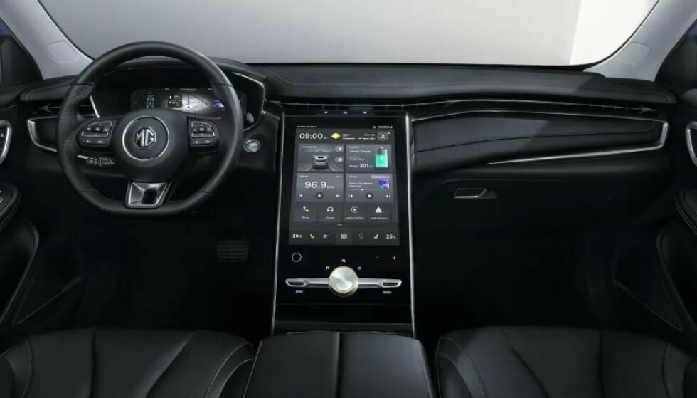 STOR SKJERM: I midtkonsollen sitter en berøringsskjerm på hele 19,4 tommer. Foto: MG Motor Europe
