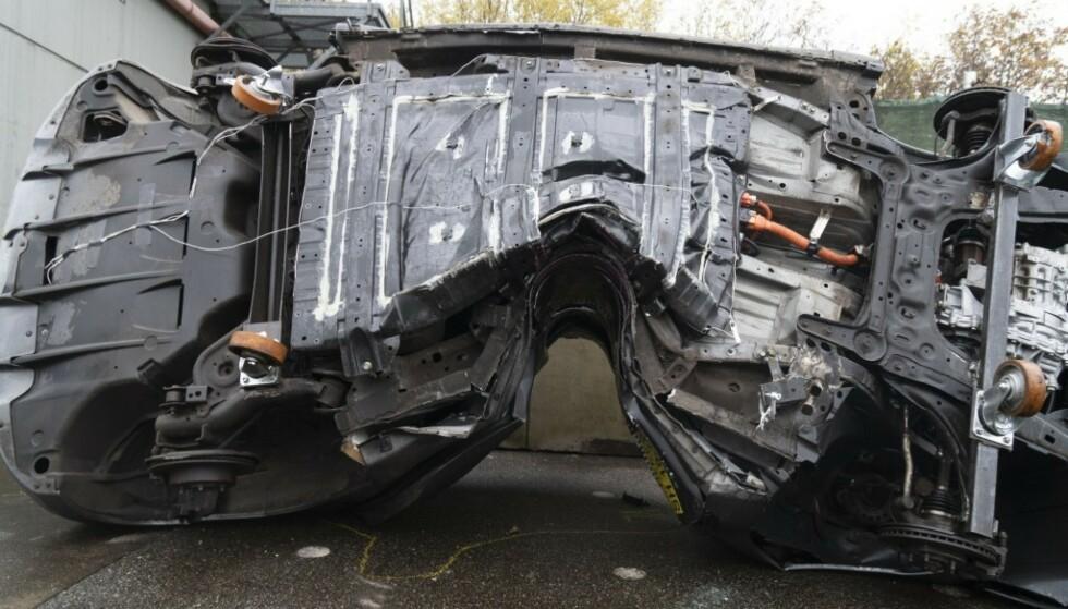 DEFORMERT: Batteriet på denne Nissan Leaf-en er fullstendig deformert i kollisjone. Likevel var det ingen antydninger til brann. Kollisjonstesten ble utført av tyske Dekra, et av verdens største inspeksjonsselskaper for kjøretøy. Foto: Dekra