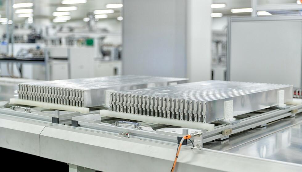 BLADE: Det er mindre og lettere enn konvensjonelle elbilbatterier, og skal dessuten være 100 prosent brannsikkert, lover produsenten. Foto: BYD