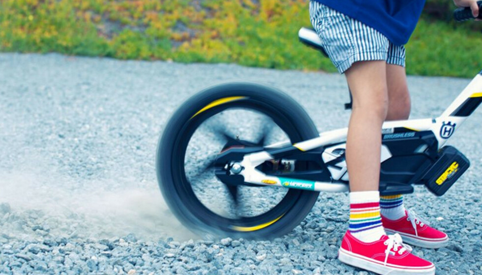 EKSTRA FUTT: Balansesykkel med elmotor gjør at treåringen kan sette spor etter seg. Foto: Husqvarna