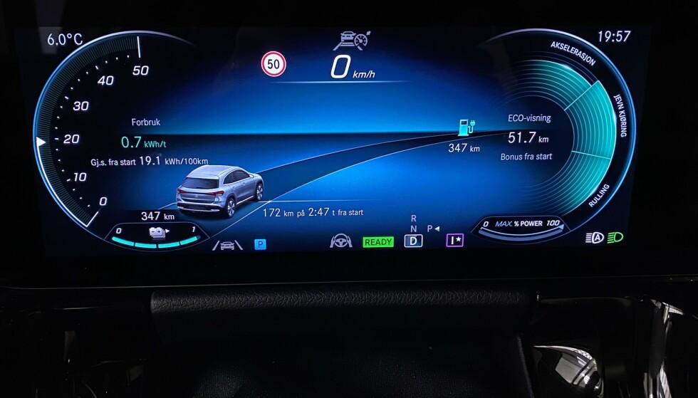 DETALJRIKT: Bilen har en svært detaljrik visning av det du måtte ønske å vite rundt forbruk og rekkevidde. Foto: Fred Magne Skillebæk