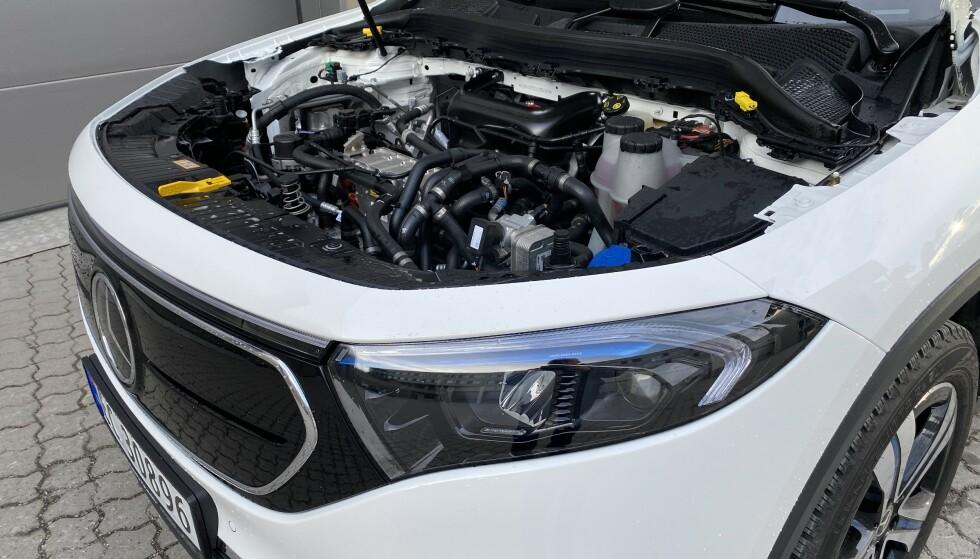INGEN FRUNK: EQA er en ombygd GLA, og har fått all elektronikk, pluss elmotoren under panseret. Det er med andre ord ikke plass til noen frunk. Foto: Fred Magne Skillebæk