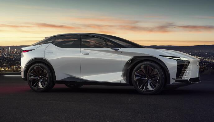 LANG: Både bilen og akselavstanden har god lengde, go designen vitner unektelig om en Lexus. Foto: Produsenten