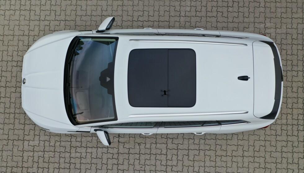 PANORAMA: Soltaket er ekstrautstyr, og kommer med en motorisert gardin på innsiden. Foto: Fred Magne Skillebæk