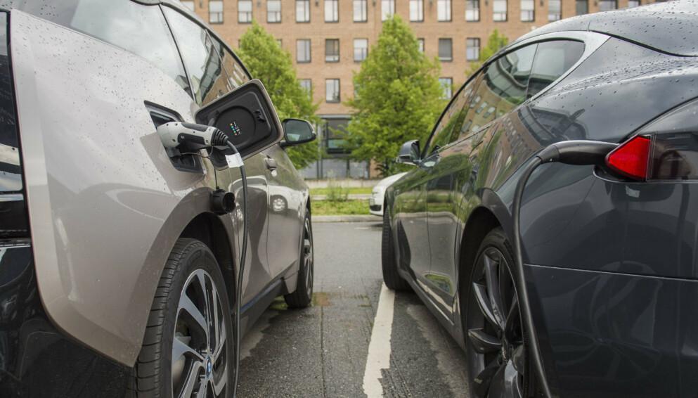 OVER 50 MIL: Mens en BMW i3 kjører i snitt rundt 30 mil mellom hver lading på sommeren, kan Tesla Model S Long Range smykke seg med godt over 50, viser snittall fra norske eiere. Foto: Fredrik Varfjell / NTB