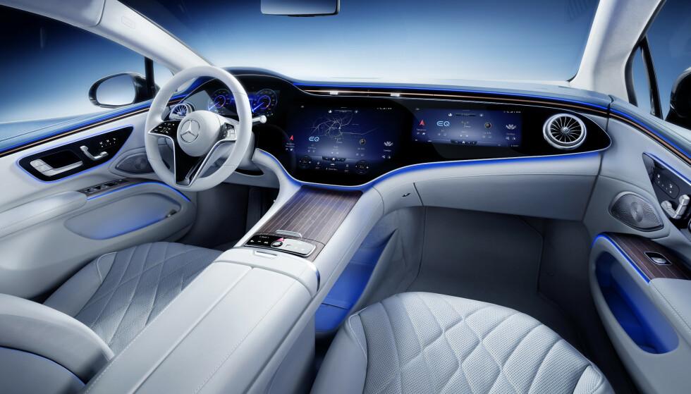 HYPERSCREEN: Flere skjermer bak en felles front gir inntrykk av en enorm skjerm. Foto: Daimler