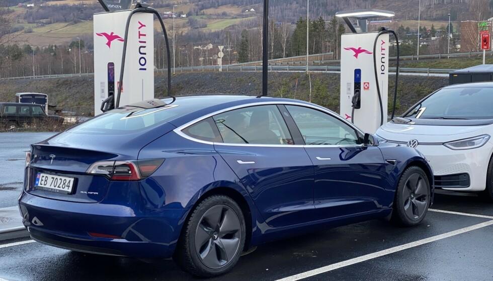 FOLKEPRIS: Tesla Model 3 er Norges mest registrerte bil så langt i 2021, og med nytt priskutt kan den bli populær også fremover. Foto: Fred Magne Skillebæk