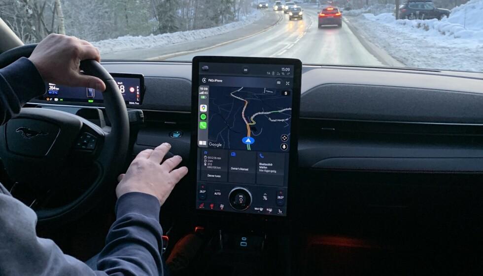 STOR SKJERM: Den store skjermen i Ford Mustang Mach-e er meget velegnet til navigasjon. Nå skal sjåføren få ny kunnskap mens han kjører. Foto: Bjørn Eirik Loftås