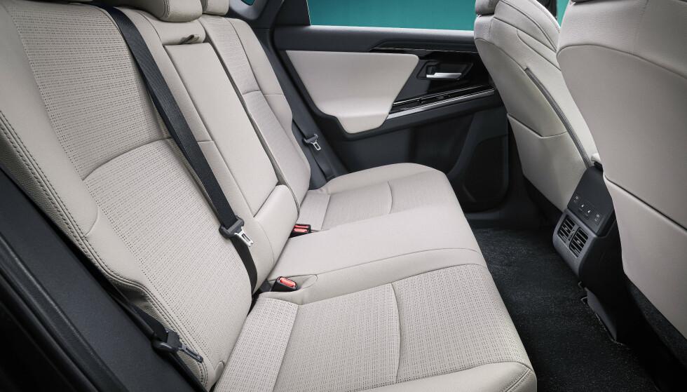 GOD PLASS: Toyota lover god plass, også for de i baksetet, ettersom bilen skal være som en stor sedan. Foto: Toyota