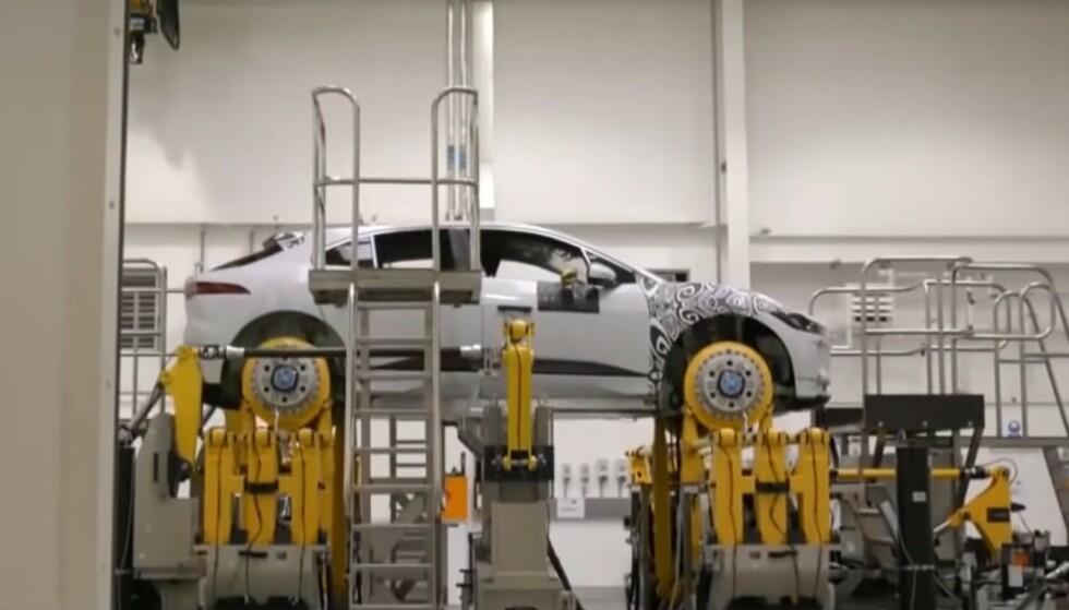 STOPP I PRODUKSJONEN: Jaguar Land Rover må midlertidig stanse bilproduksjonen ved to fabrikker. Men det er ikke bare de som opplever problemer for tiden. Bildet er hentet fra produksjonen av modellen i-Pace. Foto: Jaguar Land Rover