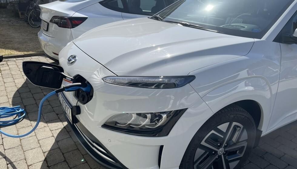 MINIMUM 5,8 TIMER: Hyundai Kona har et batteri på 64 kWh. Med dedikert ladeboks vil det i beste fall ta minst 5,8 timer å lade batteriet fra 0-100 prosent hjemme. Tesla Model 3 med Long Range-batteripakke, vil bruke minst én time mer. Foto: Bjørn Eirik Loftås