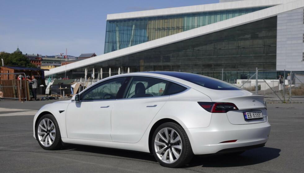 TESLA MODEL 3: I april ble det bare registrert fire eksemplarer av bilen som var suverent på topp måneden før. Foto: Elbil24