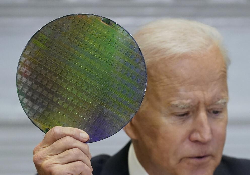 President Joe Biden viser fram en silisiumskive med databrikker på et nettmøte om halvledermangel 12. april. Foto: Patrick Semansky / AP / NTB